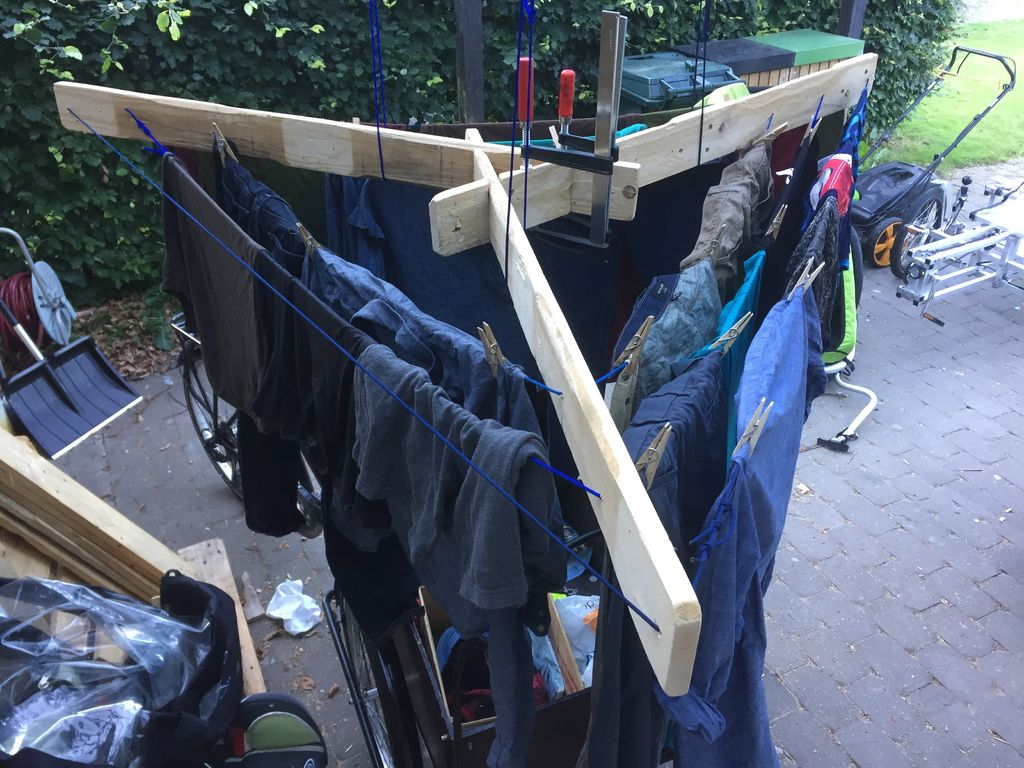Dry clothes using paracords
