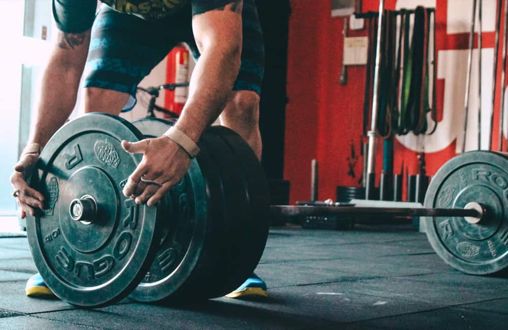 man preparing weight for lifting